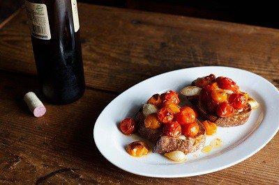 Тост с печен лук и домати