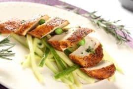 """""""Кейджун пиле"""" с мариновани краставици и тиквички"""