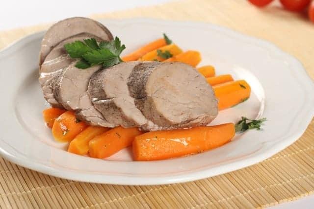 Поширано свинско бон филе с глазирани моркови