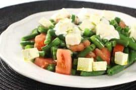 Топла салата със зелен фасул и сирене