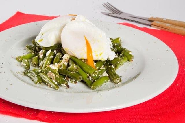 Топла салата от зелен фасул с поширано яйце