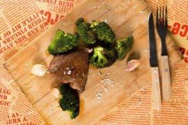 Телешки стек с чеснови броколи