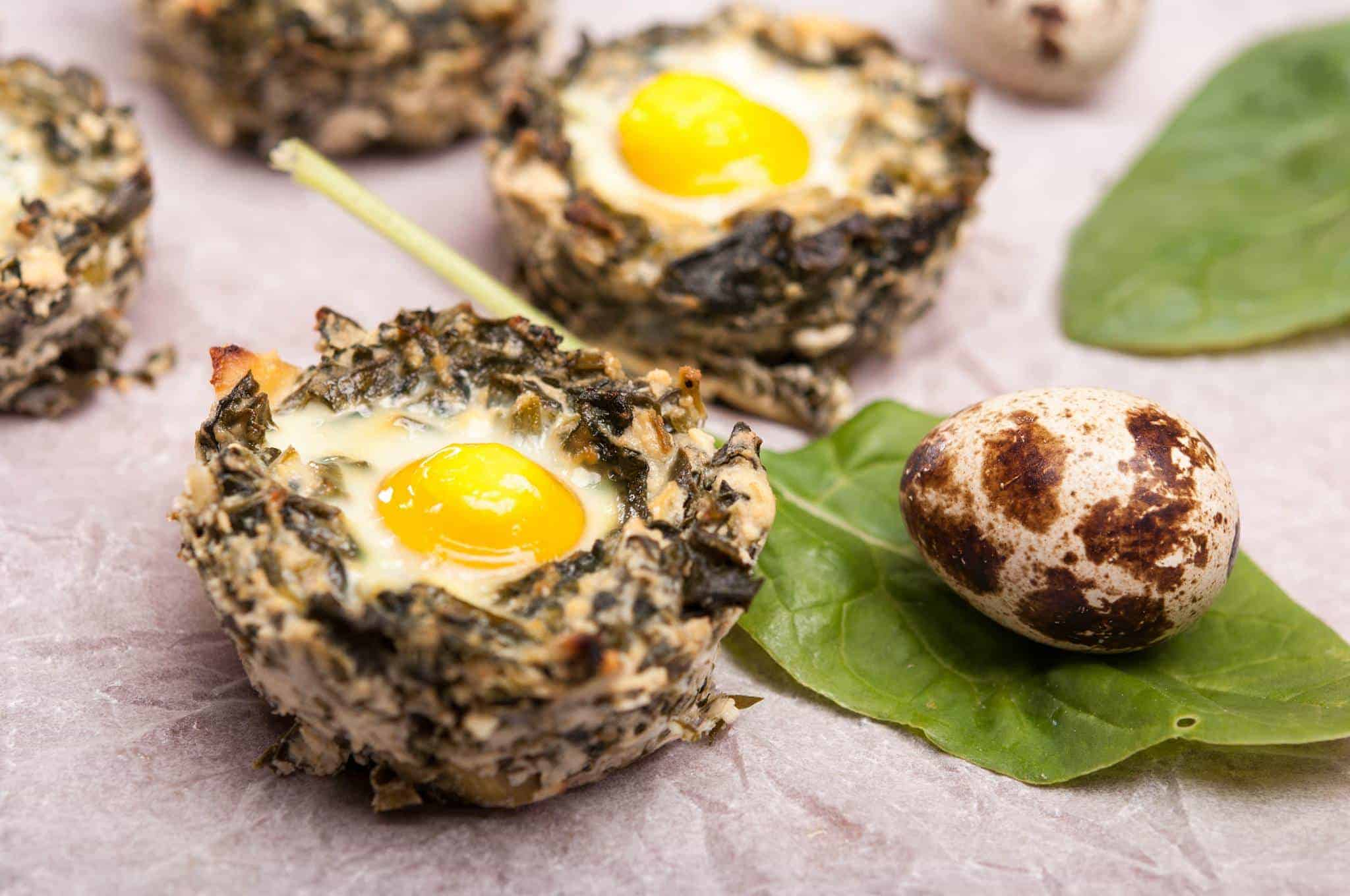 Гнезда от спанак с пъдпъдъчи яйца