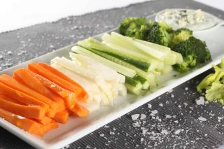 Зеленчукови пръчици с дресинг от синьо сирене