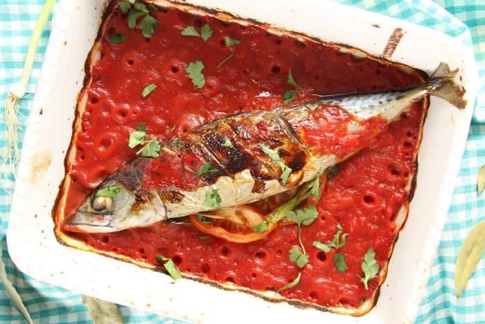 Скумрия с домати на фурна